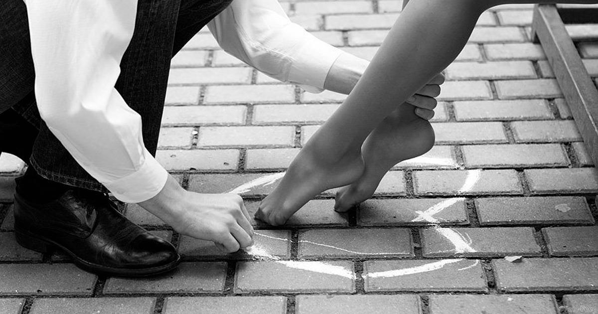 Фото парень целует девушке ножки