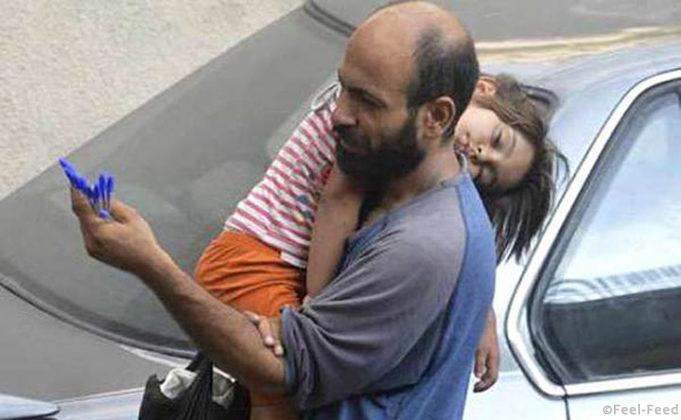 Картинки по запросу Этот мужчина с дочерью продавали ручки на улице для того, чтобы выжить
