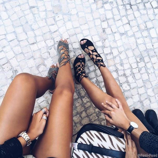 Ногами загорелыми девушки с