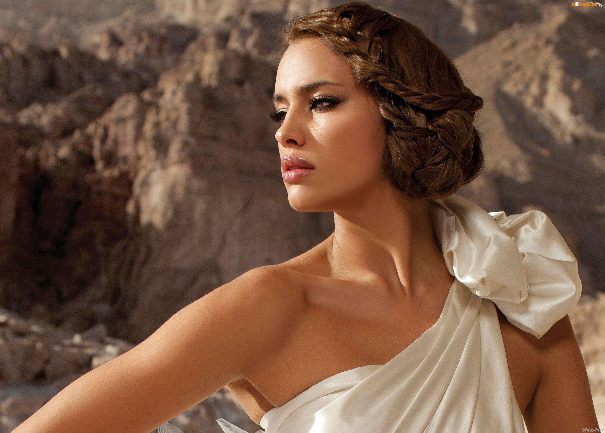 kobieta-biala-makijaz-suknia